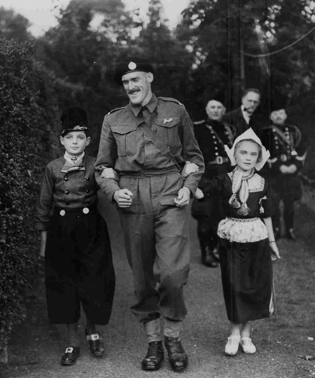 Marien de Jonge with Dutch children on the 10 May 1941, anniversary of the German invasion of the Netherlands